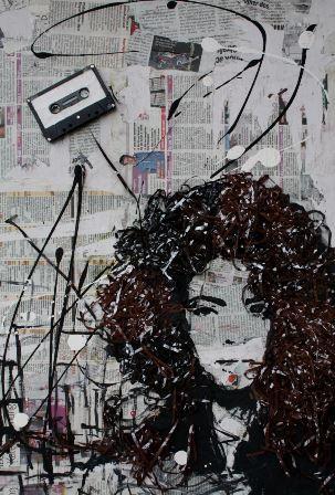 Bognár Zsolt: Fealing, 2016, farostlemez, űjságpapír, kazettaszalag, akril, 50x70 cm
